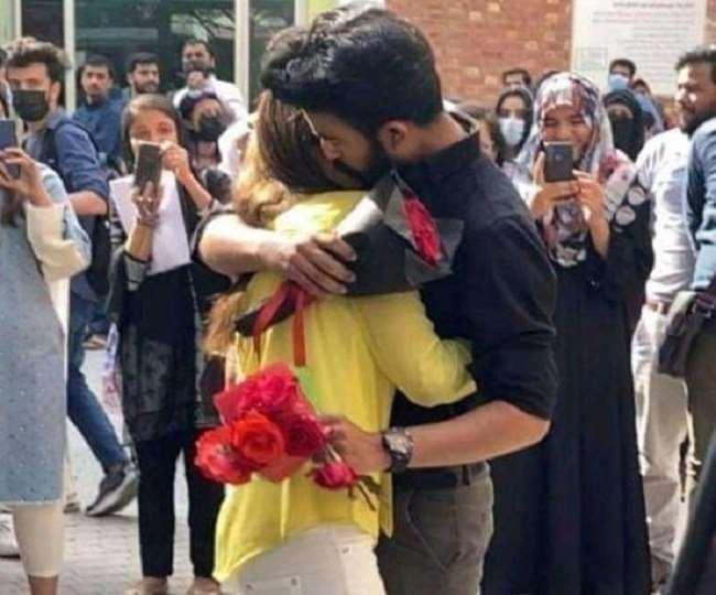 विश्वविद्यालय की अनुशासन समिति ने छात्र-छात्रा के परिसर में प्रवेश पर भी पाबंदी लगाई।