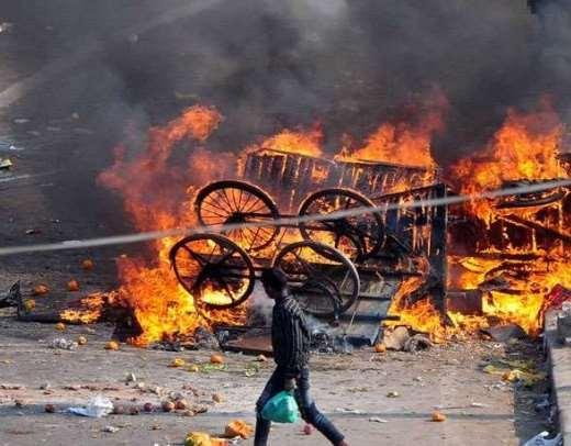 दिल्ली दंगे के दौरान भजनपुरा इलाके की दुुकानों में आगजनी