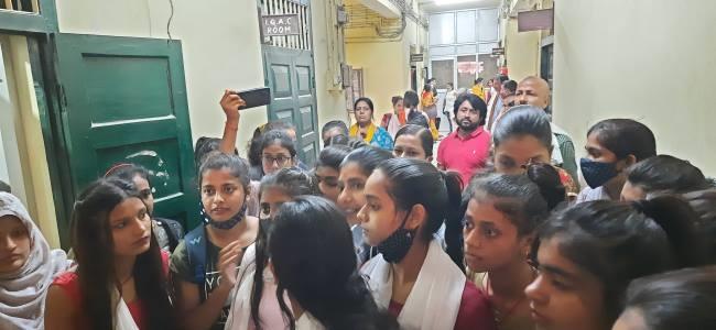 मुजफ्फरपुर एमडीडीएम कालेज में छात्राओं का प्रदर्शन, गार्ड से धक्का-मुक्की