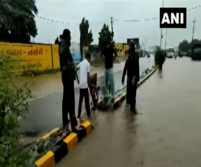 गुजरात के राजकोट में भारी बारिश के कारण बाढ़ जैसी स्थिति बनी है (फोटो एएनआई)