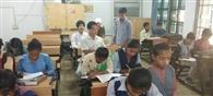 बच्चों के साथ क्लास में बैठे डिप्टी डीईओ, जांचा शिक्षा का हाल