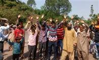 प्रदर्शन कर जमोलावासियों ने मांगा बिजली, पानी