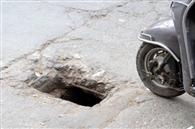 सड़कों पर क्षतिग्रस्त चेंबर से दुर्घटनाओं का अंदेशा