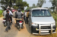 पुलिस को देखकर कार से कूदकर भागे सात संदिग्ध