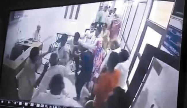 अस्पताल से बाइक चुराने वाले को पीछा कर पकड़ा तो पिता के साथ मिलकर पीटा