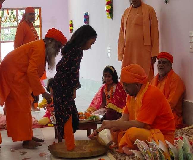 गोरखनाथ मंदिर में कन्या पूजन करते सीएम योगी आदित्यनाथ। - जागरण