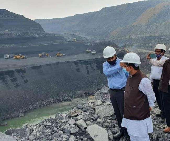 सीसीसीएल के अशोका प्रोजेक्ट का जायजा लेते कोयला मंत्री प्रह्ललाद जोशी ( फोटो साैजन्य)।