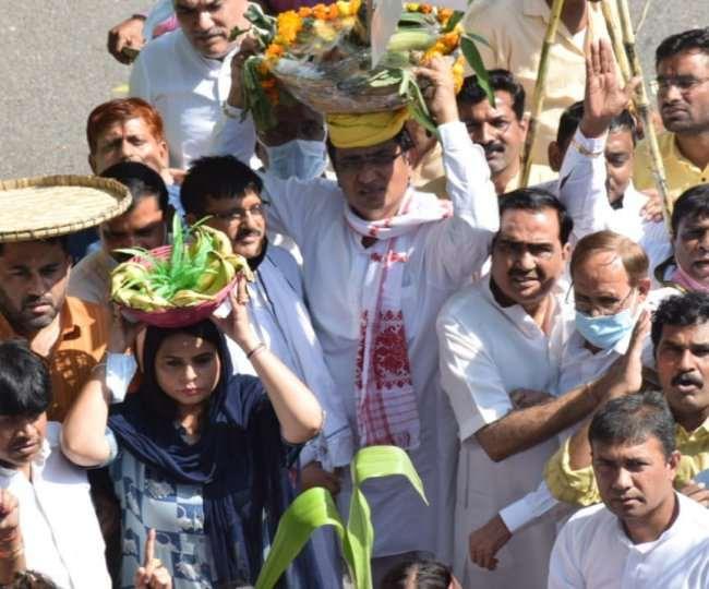 छठ पूजा पर रोक के खिलाफ मुख्यमंत्री केजरीवाल के आवास के पास प्रदर्शन करते दिल्ली प्रदेश कांग्रेस कार्यकर्ता