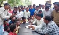 खुली बैठक में हंगामा, ग्रामीणों ने सचिव को बनाया बंधक