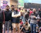 बैंक के डायरेक्टर की पिटाई के विरोध में प्रदर्शन, पुलिस से इंसाफ की मांग