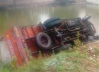 ट्रक में पीछे से भिड़ी डबल डेकर बस, आठ घायल