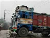रेलवे ट्रैक पर फंसा ट्रक, एक घंटे तक ट्रेनों का परिचालन बाधित