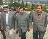 Himachal Winter Session: काले बिल्ले लगाकर सदन में पहुंचे कांग्रेस विधायक, सेवा विस्तार पर आरोप प्रत्यारोप