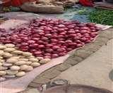 बारिश ने लगा दी प्याज संग आलू राजा को भी ठंड, भाव जान दंग रह गए लोग Agra News