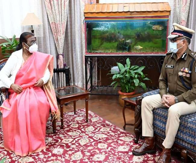 राजभवन में राज्यपाल से मुलाकात करते डीजीपी। जागरण