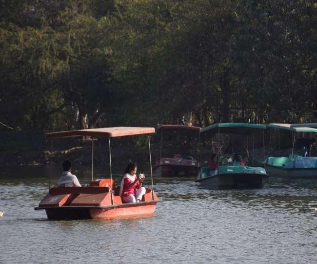 त्रिलोकपुरी स्थित संजय झील पार्क में बोटिंग करते हुए लोग