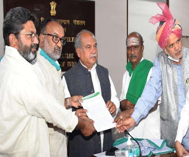 किसानों ने कहा कि पंजाब के किसानों द्वारा किये जा रहे प्रदर्शन पूरी तरह राजनीति से प्रभावित हैं।