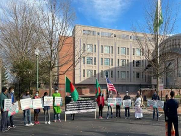 प्रदर्शनकारियों के हाथों में पाकिस्तान के खिलाफ बैनर-पोस्टर