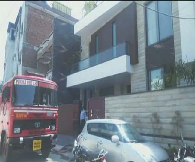 कपूरथला रोड पर स्थित सिग्मा हॉस्पिटल के डॉक्टर अश्वनी मल्होत्रा के घर में आग लग गई।