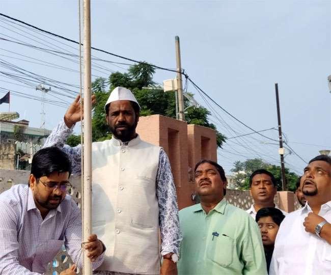 Independence Day 2021, Jharkhand News रांची में हज हाउस में तिरंगा फहराते इमाम।