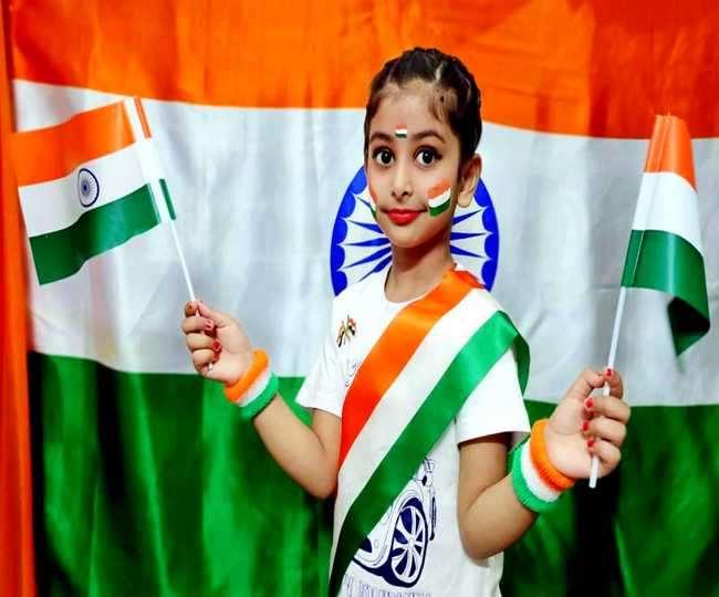 स्वतंत्रता दिवस के मौके पर तिरंगे के साथ गुरदासपुर की पावनी। जागरण