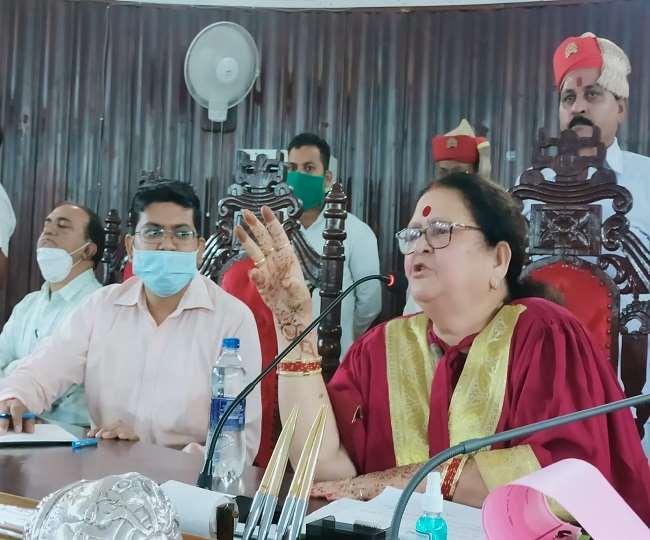 कानपुर नगर निगम सदन में सत्र को संबोधित करतीं महापौर प्रमिला पांडेय।