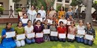 सिविल सर्जन ने छात्राओं को वितरित किए सर्टिफिकेट