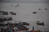 डीएम के आदेश के बिना गंगा में चल रहीं नावें
