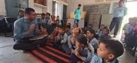 छात्रों को चाइल्ड लाइन हेल्पलाइन के बारे में बताया
