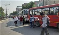 टिकट काटने वाली मशीन में हेराफेरी, 22 कर्मियों को निकाला, दिया धरना