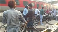 दो दिन से रेलवे फाटक बंद, मुसीबत बढ़ी