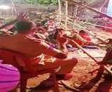 VIDEO : मुजफ्फरपुर में आर्केस्ट्रा के दौरान दारोगा का 'तमंचे पर डिस्को', जानें क्या हुई कार्रवाई Muzaffarpur News