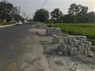 सड़क बना दी, लेकिन फुटपाथ पर नहीं लगाई टाइल्स