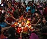 Karwa Chauth 2019 Katha: करवा चौथ से जुड़ी हैं ये कथाएं, पूजा के दौरान कथा सुनने का है विधान