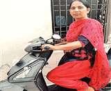 इस महिला के हौसले को सलाम, रोजी-रोटी के लिए लोगों को मंजिल तक पहुंचाने का कर रही काम