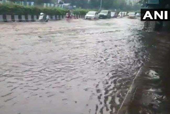 मुंबई में भारी बारिश से जगह-जगह पानी भर गया है