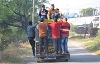 ओवरलोडिंग पर अंकुश नहीं, ट्रैफिक नियमों की उड़ रही धज्जियां