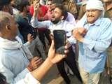ट्रक ने बाइक सवार किसान को कुचला, पुलिस के खिलाफ भड़का लोगों का आक्रोश Aligarh News