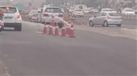 राजमार्ग के बीच बना डाला डिवाइडर, कई वाहन टकराए