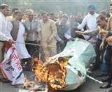 कांग्रेस ने फूंका केंद्र सरकार का पुतला, जालंधर में बड़े नेता रहे गैरहाजिर Jalandhar News