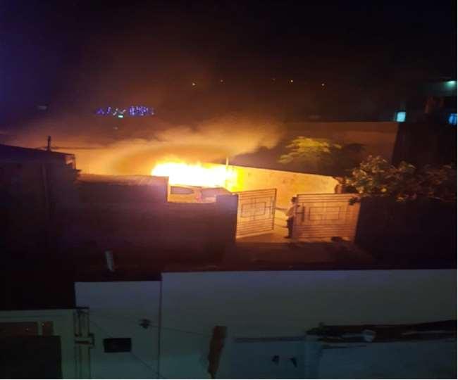 पटाखे की चिंगारी से लगी आग, घर में खड़ी कार देखते-देखते हो गई खाक