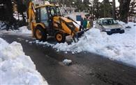 सड़को पर जमी बर्फ से यातायात बाधित