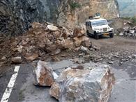 पहाड़ी दरकने से हाईवे पर पत्थरों की बरसात