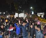 CAB Protest in Delhi : दिल्ली में हिंसक हुआ प्रदर्शन, कई बसें और पुलिस चौकियां फूंकी, पुलिस मुख्यालय पर प्रदर्शन