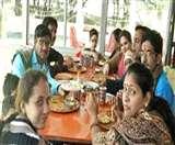 लोगों को भा रहे हाइवे पर बने ढाबे, लांग ड्राइव के साथ मौज-मस्ती भी Ranchi News