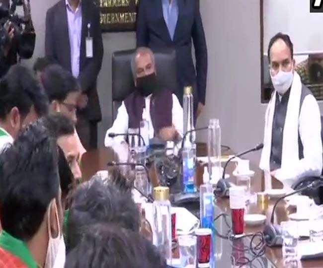 कृषि मंत्री नरेंद्र सिंह तोमर से मुलाकात करते हुए भारतीय किसान यूनियन से जुड़े लोग