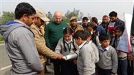 बच्चों ने काटे वाहन चालकों के चालान
