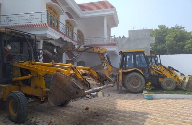 The two-story house of Ajay, a history-sheeter close to Atik, collapsed -  Uttar Pradesh Kaushambi Crime News