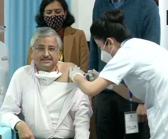 एम्स के डॉयरेक्टर डॉक्टर रणदीप गुलेरिया वैक्सीन लगवाते हुए। (फोटो: दैनिक जागरण)