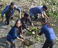 ईशन नदी संवारने के लिए जुटे सैकड़ों हाथ, घंटों की सफाई